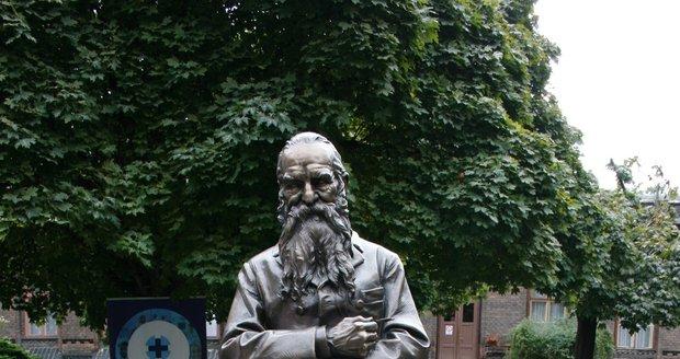 Na zahradě porodnice U Apolináře proběhlo 20. září 2021 slavnostní odhalení sochy architekta Josefa Hlávky, který budovu navrhl.