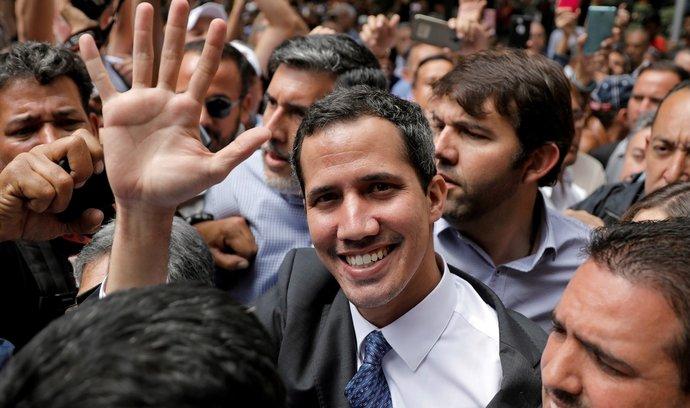 Opoziční lídr Juan Guaidó složil ve středu  přísahu jako úřadující prezident.