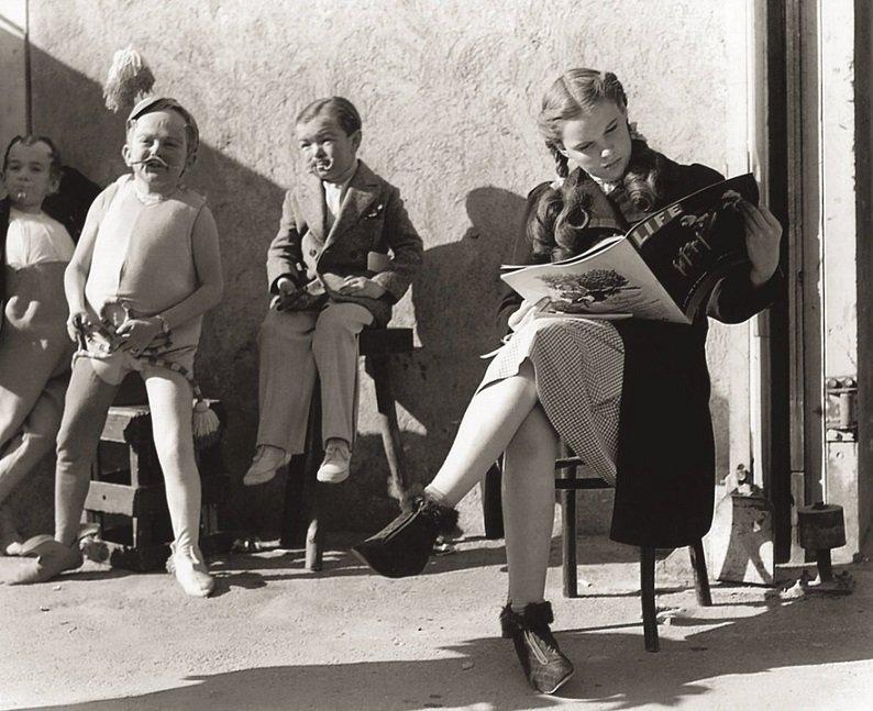 Judy Garland zachycená o přestávce během natáčení Čaroděje ze země Oz, 1938