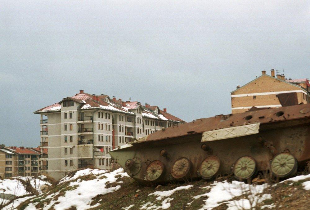 Sarajevské sídliště poničené dělostřeleckou palbou během bosenské války v roce 1992.