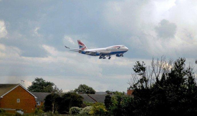 Jumbo přistává na Heathrow