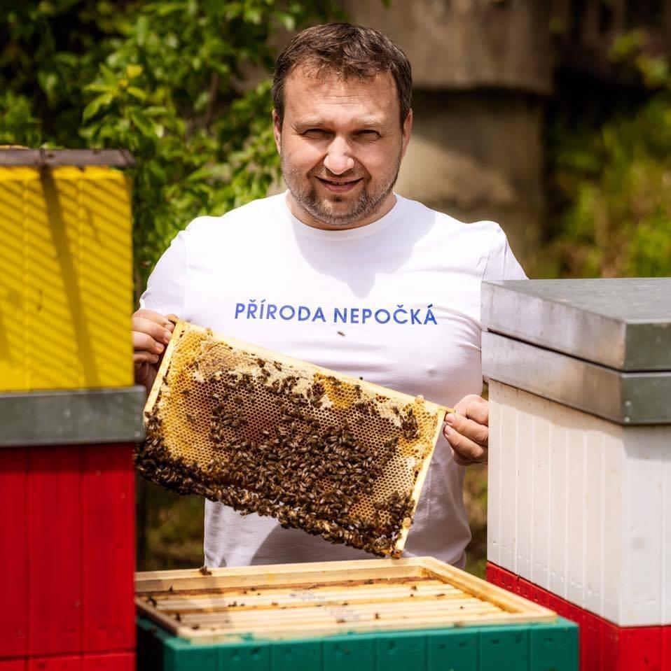 """NA tričku má Jurečka také nápis """"Příroda nepočká"""""""