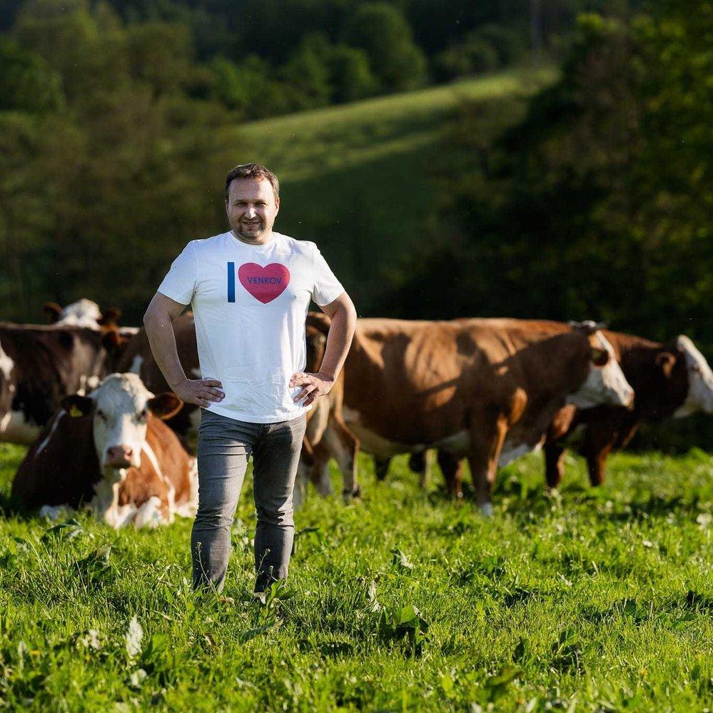 Dalším tričkem projevuje Marian Jurečka lásku k venkovu
