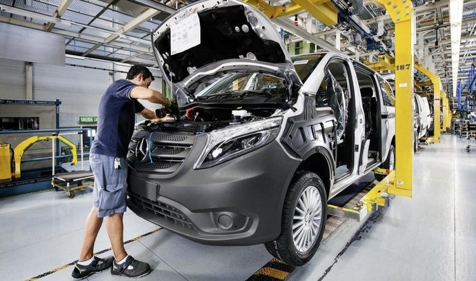 K růstu zisku Daimleru přispěly hlavně prodeje automobilky Mercedes-Benz. Na snímku výroba dodávky Vito v továrně Vitoria