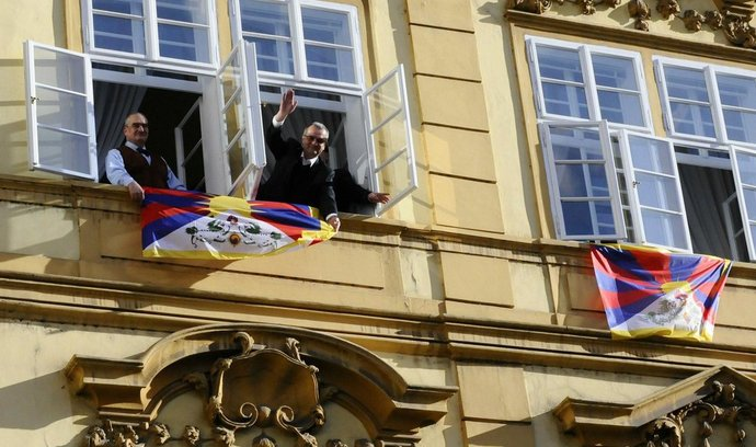 Kalousek a Schwarzenberg vyvěšují vlajky Tibetu