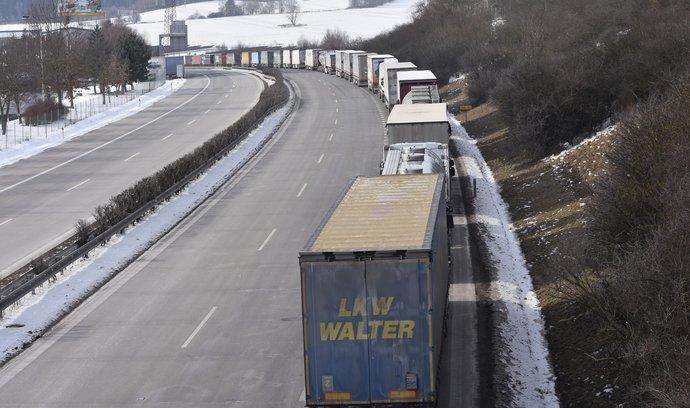 Kolona kamionů před hraničním přechodem s Německem v Rozvadově