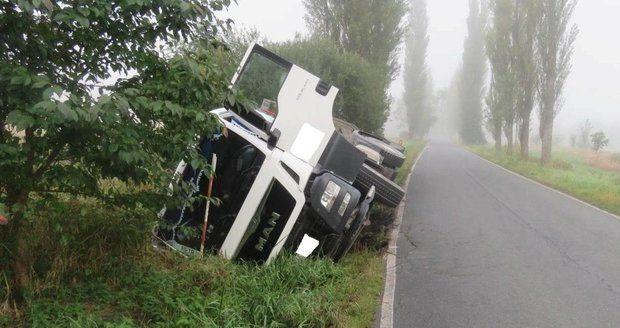 Kamion vytlačil náklaďák ze silnice, z místa ujel.