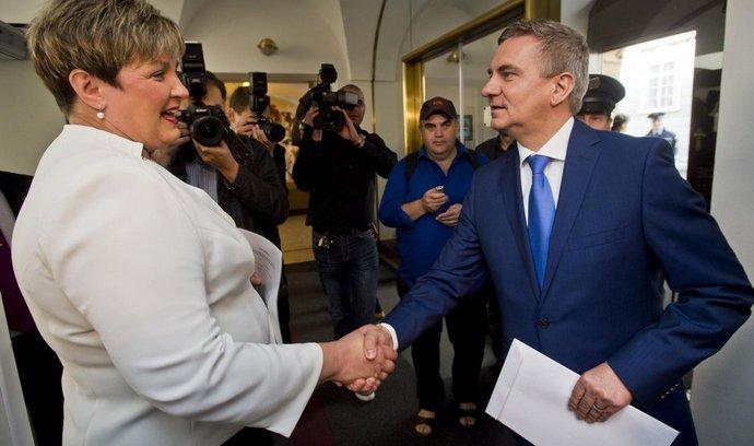 Kancléř prezidenta republiky Vratislav Mynář předal 23. června v Poslanecké sněmovně v Praze své majetkové přiznání poslankyni Věře Kovářové.
