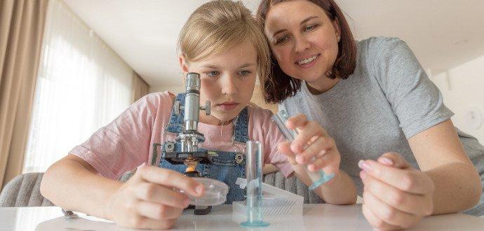 Chytrá zábava s dětmi: proměňte obývák v učebnu fyziky a chemie