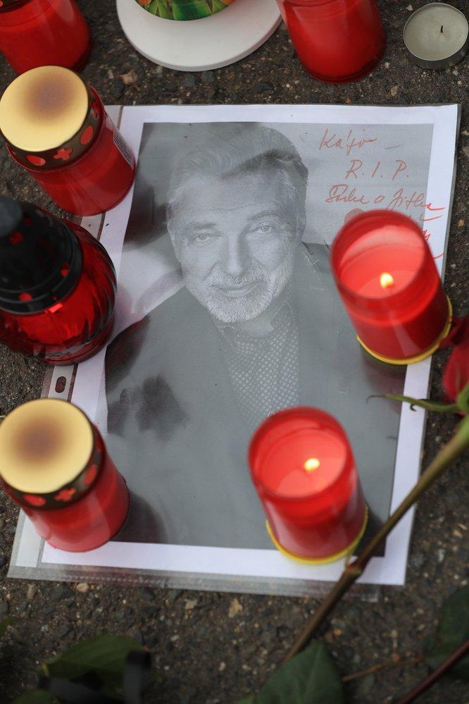 Svíčky za Karla Gotta před jeho domem na Bertramce
