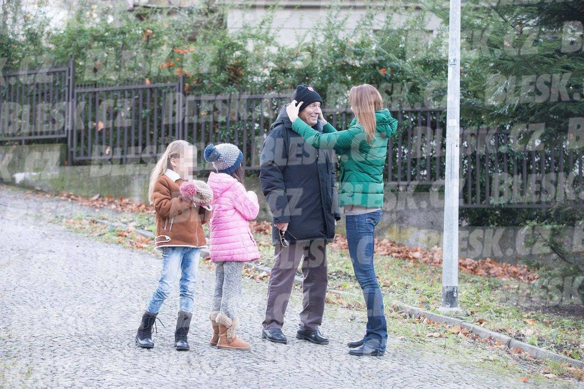 Ivana Gottová dává manželovi čepici, aby mu nebylo zima.