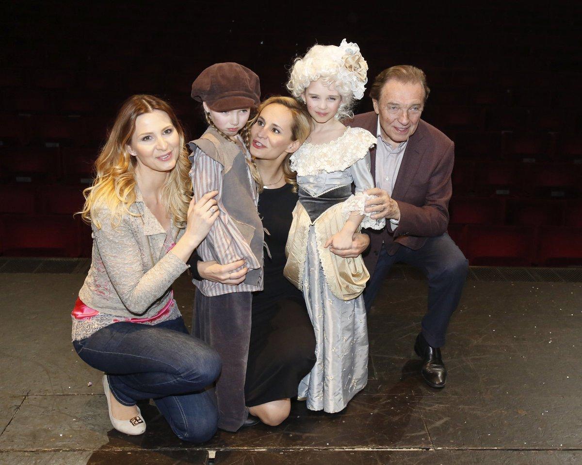 Při premiéře holčiček si na sebe ale Ivana vzala džíny, růžové tílko a béžovou mikinu.
