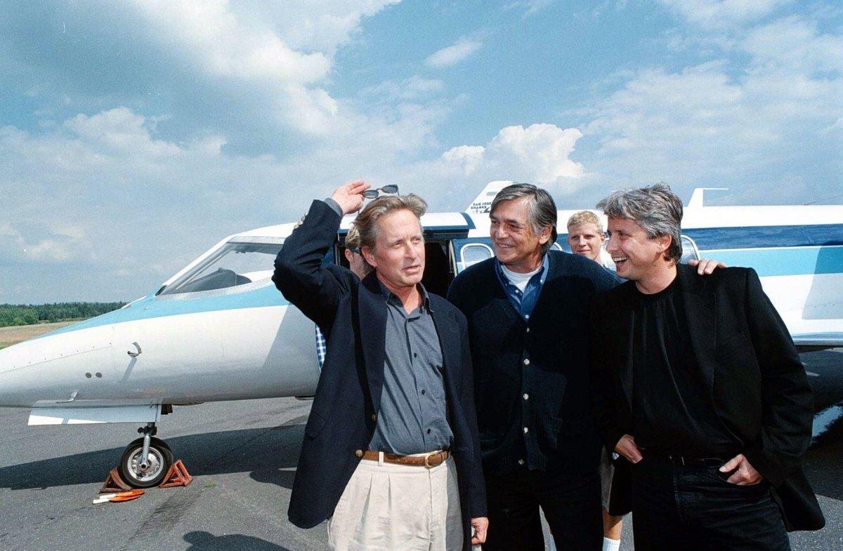 Douglas s Bartoškou po příletu na festival. (1998)