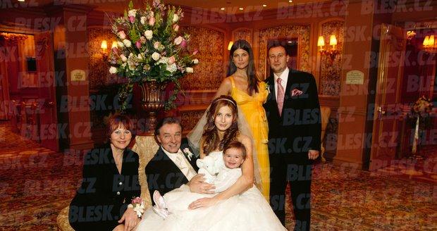 2008 - Svatba Karla Gotta s Ivanou: Novomanželé s dcerou Charlottkou a tchyní Blankou a svědky podnikatelem Markem Lehečkou a jeho přítelkyní Alenou.