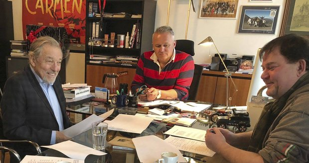 Karel Gott během jednání o prosincovém koncertu s jeho scenáristou Radanem Dolejšem (vpravo) a šéfem karlínského divadla Egonem Kulhánkem