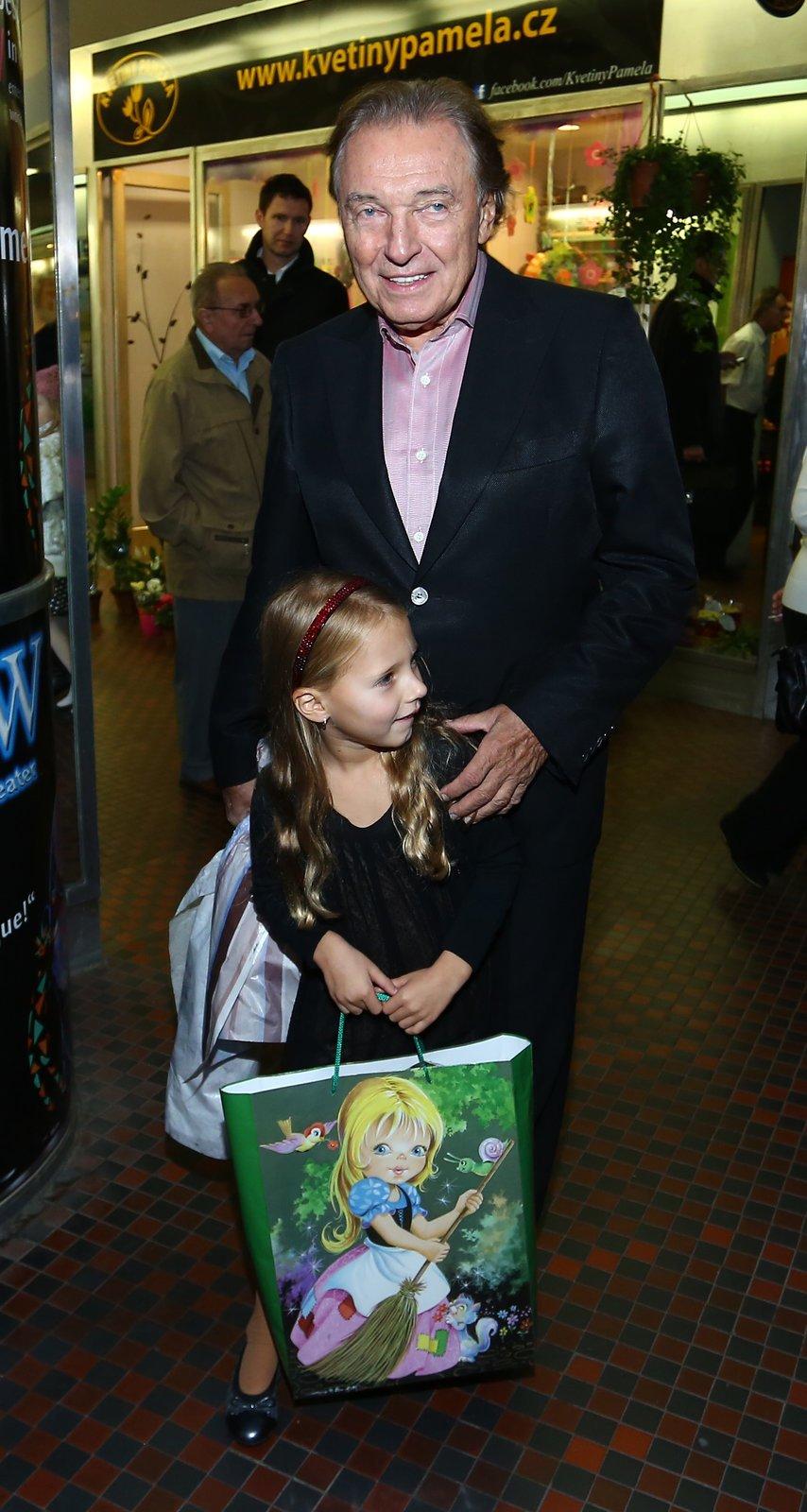 Karel Gott vyrazil na představení v doprovodu své druhé dcery Nelly Sofie