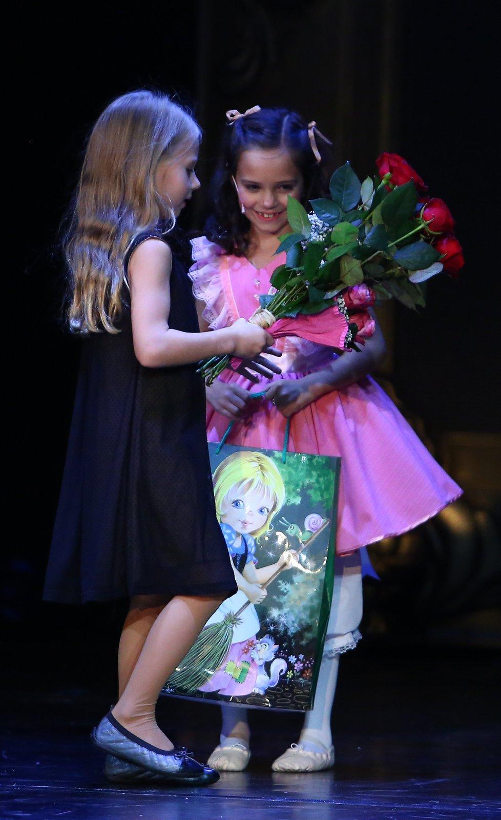 Děkovačka na závěr představení: Nelly Sofie Gottová předává kytičku a dáreček své sestře Charlotte Elly