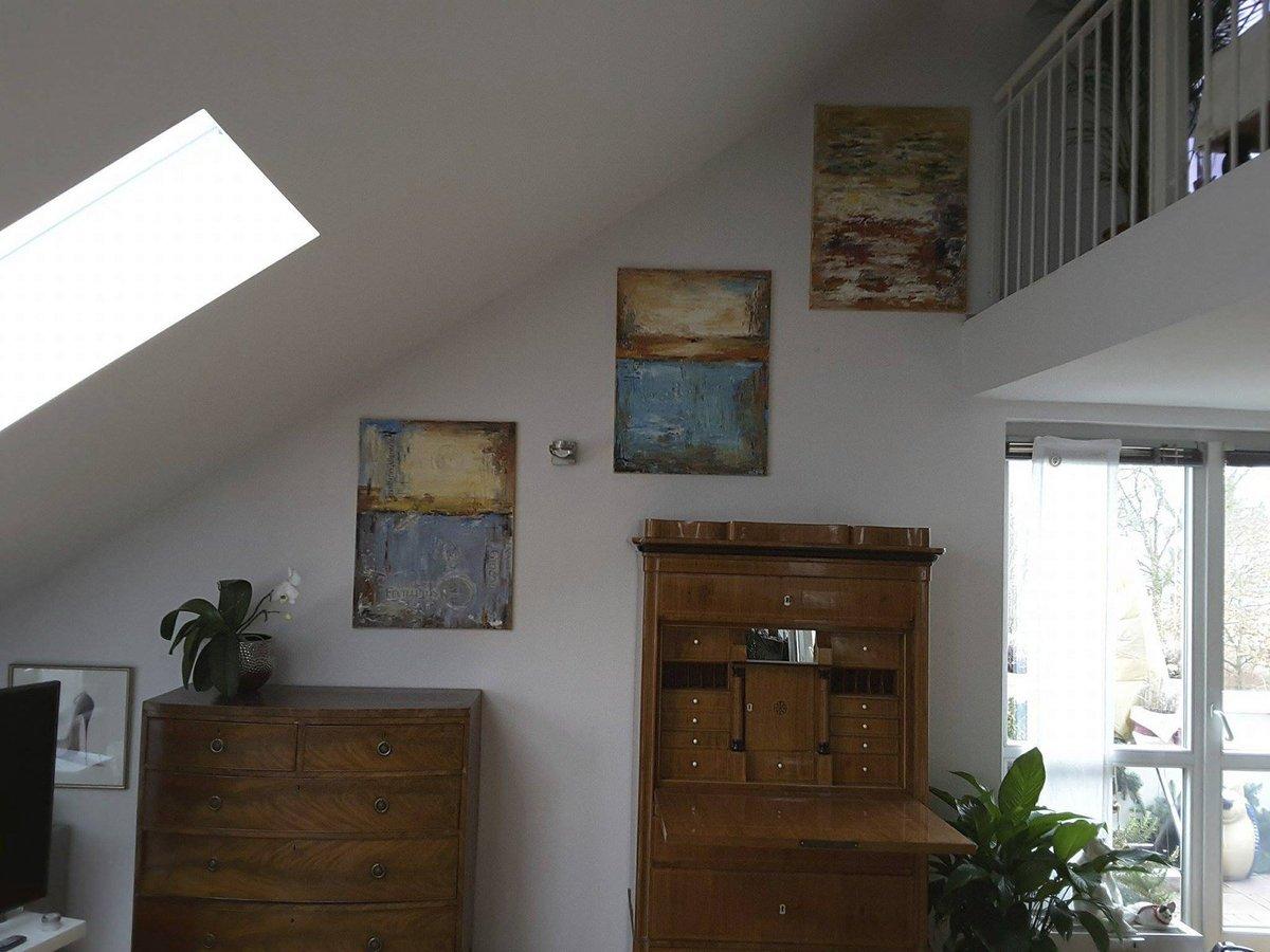 2017. V novém bytě v Mnichově visí vlastnoručně namalované obrazy.