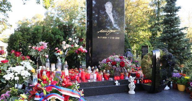 Karel Gott se dočkal nádherného věnce i od prezidenta České republiky