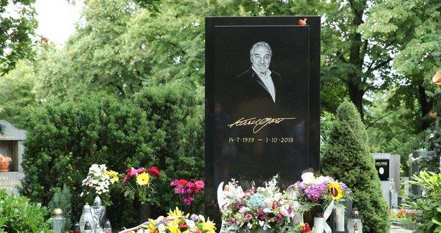 Hrob Karla Gotta se v den jeho nedožitých 82. narozenin plní květinami