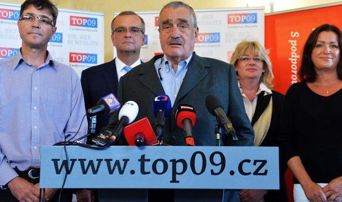 Karel Schwarzenberg ve volebním štábu TOP 09. Vzadu zleva Martin Gregora, Miroslav Kalousek, Michaela Vojtová a Helena Langšádlová.