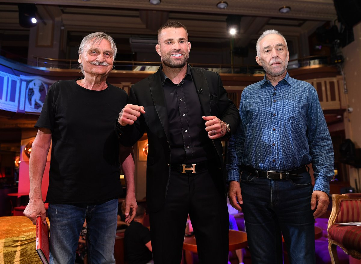 V Karlos Show se sešly známé dabingové hlasy akčních hrdinů: Pavel Soukup a Pavel Rimský.
