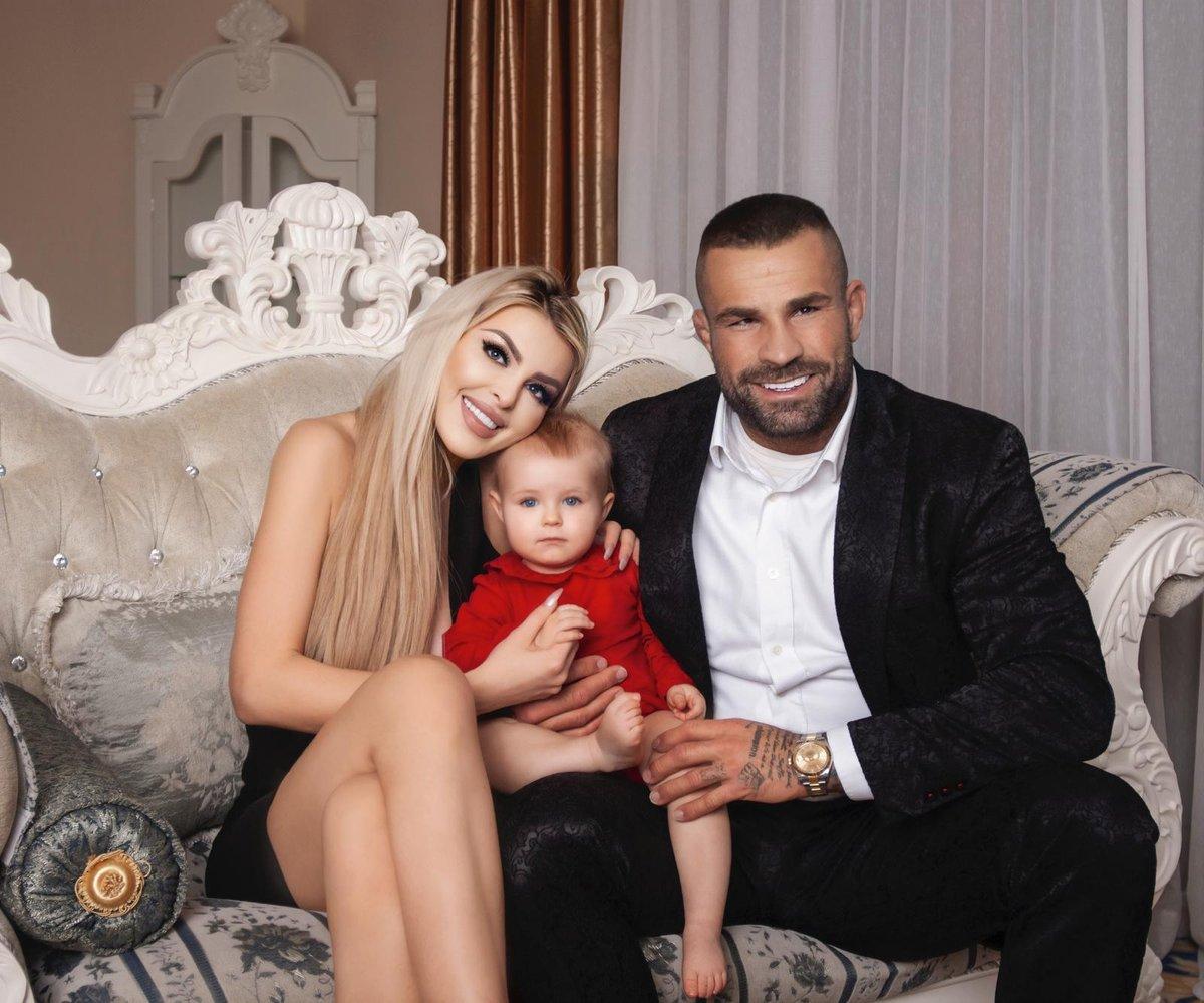 Bijec Karlos Vémola se svou milovanou Lelou a dcerkou.