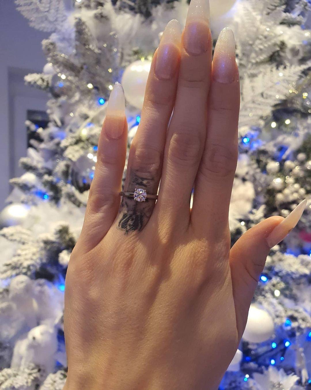 Po údajných nevěrách a několika rozchodech Karlos Vémola v prosinci 2020 požádal Lelu Ceterovou o ruku.
