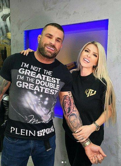 Pár se chlubí novým tetováním.