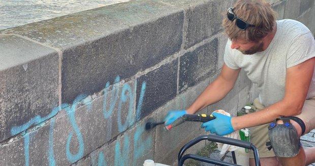 Restaurátor Jakub Tlučhoř začal 10. července 2021 odstraňovat graffiti z pražského Karlova mostu. Odhadl, že práci dokončí v řádu dní. Vandalské projevy sprejerů odstraňoval z nejstaršího mostu v Praze už několikrát, tento případ ale označil za zatím nejrozsáhlejší.