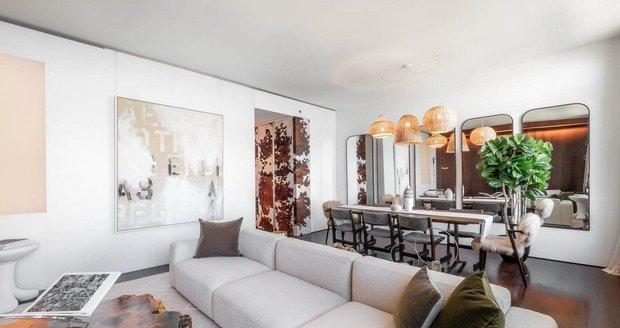 Obývací pokoj je propojený s jídelnou.