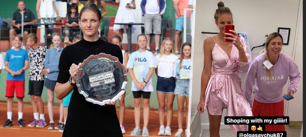 Tak jsem tady i s talířem. Karolína Plíšková ukázala dětem ve své akademii trofej z finále Wimbledonu.