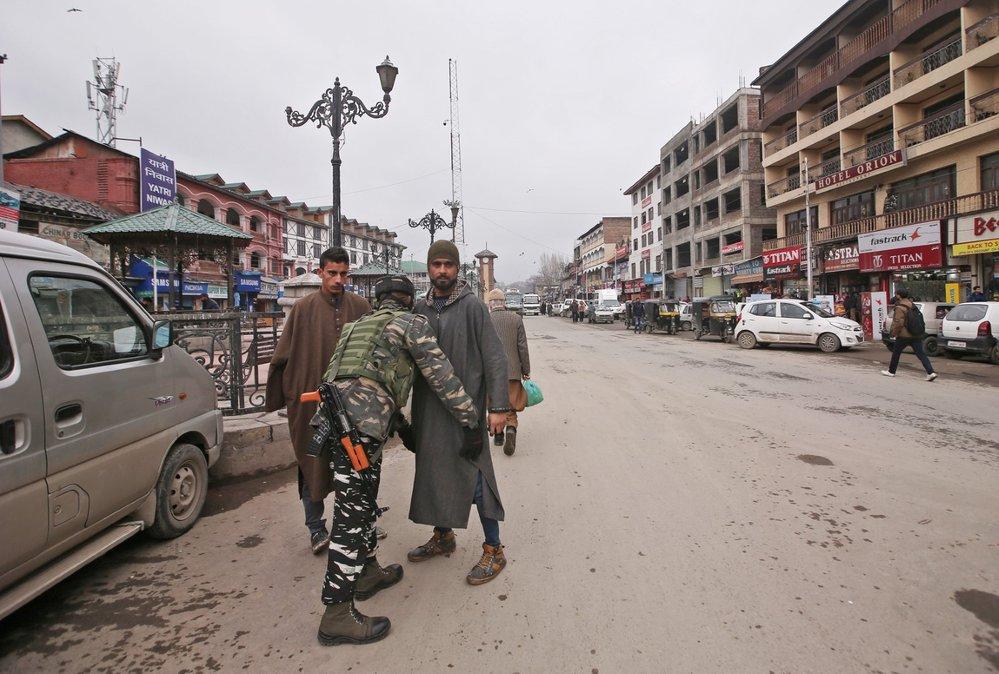 Indická armáda a policie v reakci na útok zesílily v regionu hlídky