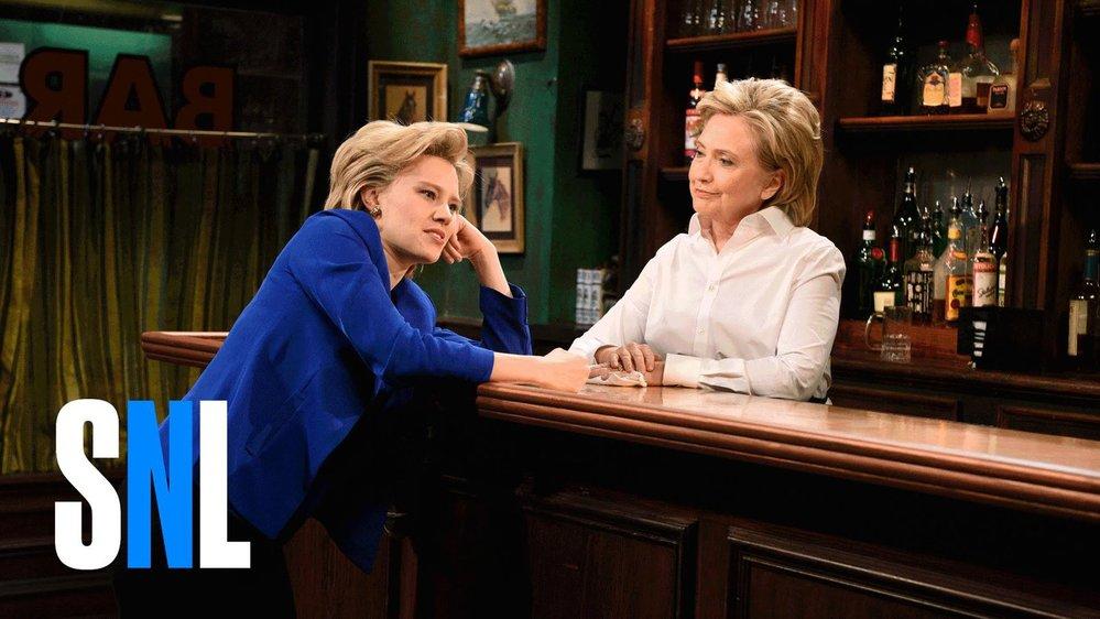 Kate McKinnon jako Hillary Clinton s Hillary Clinton