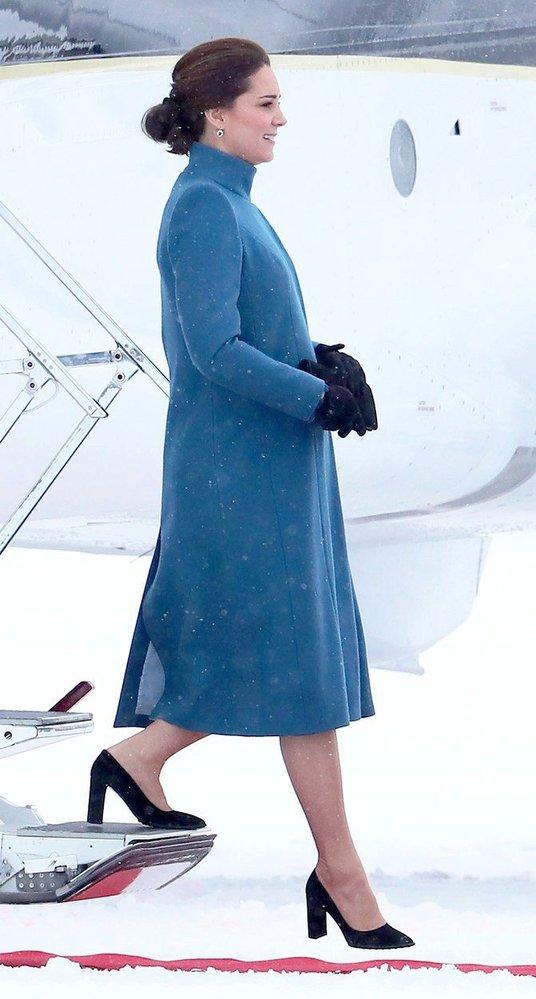Kate Middleton v kabátě Catherine Walker a lodičkách Stuart Weitzman