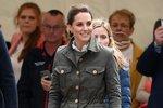 Vévodkyně z Cambridge se obléká adekvátně k příležitostem. Nebojí se ani méně formálních oděvů eskalujících do sportovních