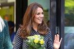 Vévodkyně Kate s oblibou kombinuje široké elegantní kalhoty s blůzkami