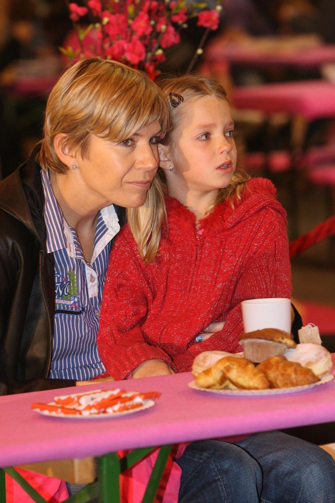 """Kateřina Neumannová s dcerou Lucií, která byla včera u zubaře. """"Nebojí se, nemá zatím žádné špatné zkušenosti,"""" prozradila máma."""