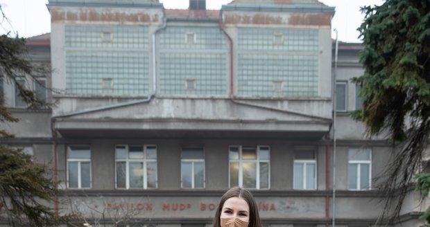 Kateřina Zemanová během předání darů zdravotníkům Nemocnice Na Bulovce (25.2.2021)
