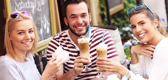 Naučte se připravit 5 drinků z kávy, které letos frčí