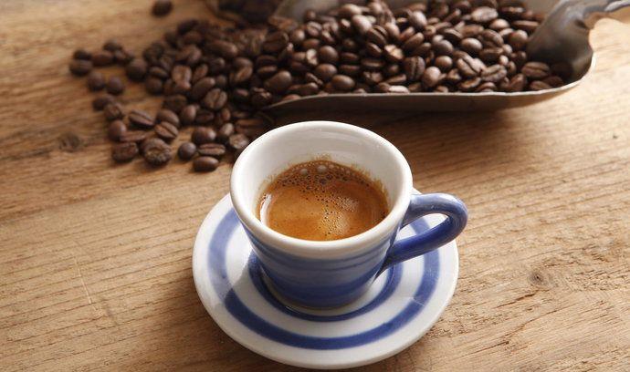 Díky rozvoji kvalitních kaváren se káva stala společenským tématem.