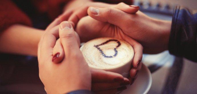 Pozor na kofein: 6 signálů, podle kterých poznáte, že pijete moc kávy