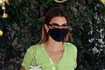 Modelka Kendall Jenner v černé roušce.