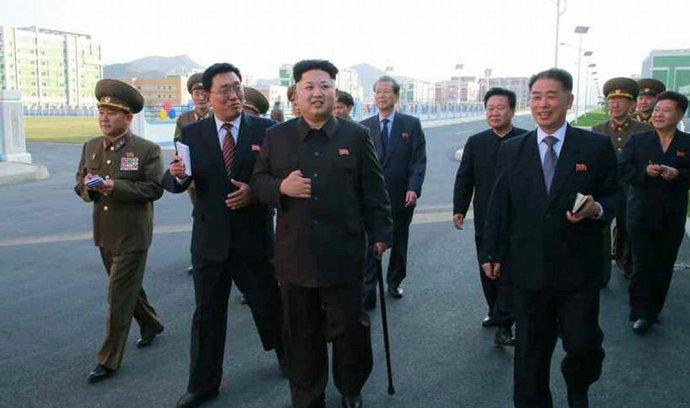 Kim Čong-un se, vybavený holí, po dlouhé době objevil na snímcích oficiálního severokorejského deníku Rodong Sinmun