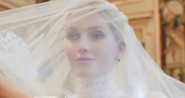 Šaty Kitty Spencerové značky Dolce&Gabbana, které neteř lady Diany oblékla ve svatební den