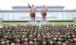 Severokorejští vojáci a symboli moci.