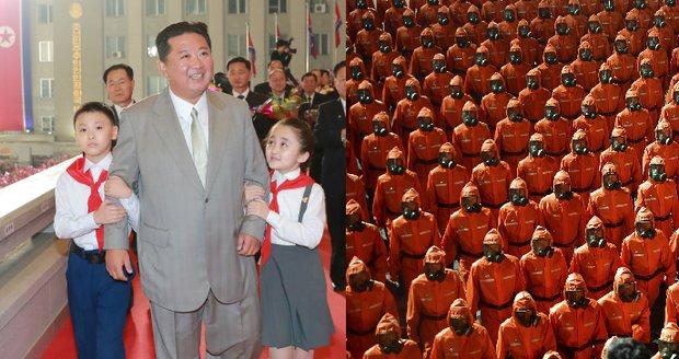 Extrémně pohublý Kim se ukázal na vojenské přehlídce. Tulili se k němu pionýři