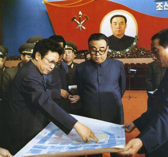 Kim Ir-sen a Kim Čong-il v roce 1980