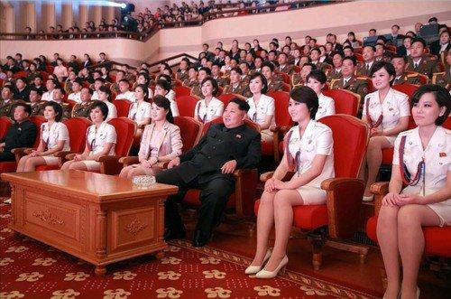 """Kim Čong-un s manželkou Ri Sol-ju na představení k výročí založení """"Dělnické strany Koreje"""""""
