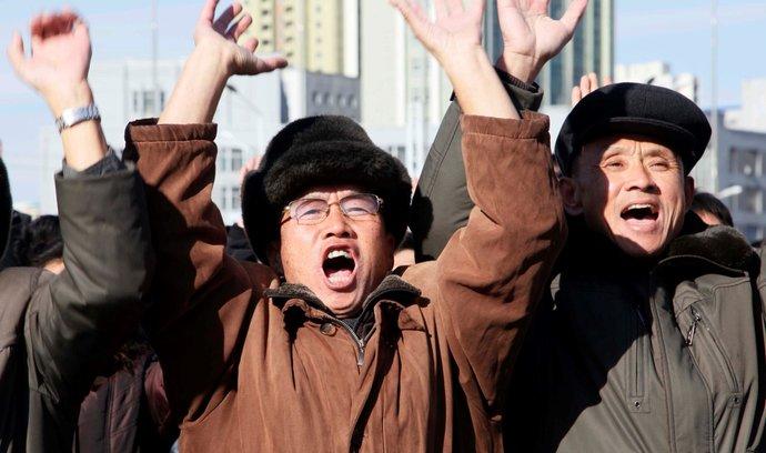 Lidé oslavují raketový test KLDR